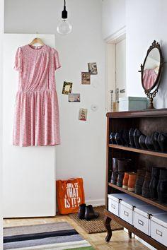 Eteisen kenkäkaappi löytyi käytettynä. Räsymatto on ostettu Mokosta ja vintage-mekko tarttui mukaan Åhlens-tavaratalosta Tukholmasta.