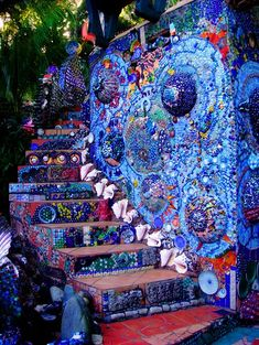 48 Pretty Diy Mosaic Decorations To Inspire Your Own Garden . Why is it considered highly popular among home-makers? Simply because Mosaic Garden Stepping Stone Tiles remodeling is about ease of use, style, and t. Utila, Pebble Mosaic, Mosaic Wall, Mosaic Tiles, Meubles Peints Style Funky, Exterior Stairs, Mosaic Garden, Garden Pictures, Bottle Art