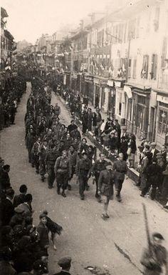 Défilé des deux compagnies d'Ugine dans les rues d'Albertville. Au premier rang, le lieutenant Cordier, commandant la 5e compagnie du bataillon Bulle. le 27 septembre 1944