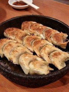 鉄なべ中州本店にて一口餃子を堪能  食べやすいサイズの餃子が熱々の鉄鍋に 乗せられたまま席までもってきてくれます 外はカリッと中はジューシー1人で2前は ペロッと食べれます 美味しいですよ おすすめです是非ご賞味ください  #福岡市  #博多  #西中洲  #餃子  #居酒屋  #深夜営業  tags[福岡県]