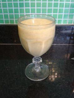 Smoothie de manga e banana congelada, gengibre, água de coco, chia e leite de amêndoas