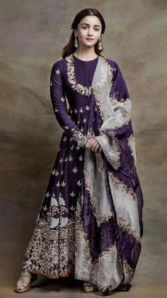 VeroniQ Trends-Bollywood-Stil Alia Bhatt inspiriert Anarkali Kleid in lila Farbe Georgette-Intrica Indian Look, Dress Indian Style, Anarkali Dress, Lehenga Choli, Saree, Sabyasachi, Alia Bhatt Lehenga, Bridal Anarkali Suits, Lehenga Designs