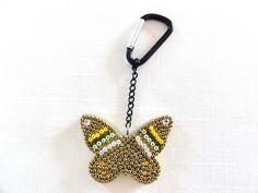 Porte clé en bois, Papillon en mosaique de rocailles, doré, vert, blanc, jaune : Porte clés par ty-gwen