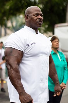 Last month, a political reporter posted a photo of White House chefs cooking at an event for President Donald Trump. Chef Andre Rush, who was pictured, went viral for his massive biceps. Here's his fitness routine. Big Arm Workout, Huge Biceps, Big Guys, Bodybuilding Motivation, Barbell, Academia, Gym Motivation, Donald Trump, Interview