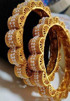 Gold Bangles Design, Gold Jewellery Design, Designer Bangles, Rajputi Jewellery, Bridal Bangles, Hand Jewelry, Pearl Jewelry, Bangle Bracelets, Bangle Set