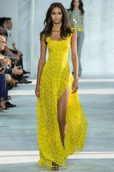 Длинное летнее платье желтого цвета с мелким принтом от Diane von Furstenberg.