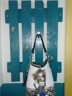 Perchero hecho de palet modelo Ana y pintado en azul a juego con la pared del recibidor donde esta colocado. Si te gusta siguenos en  https://www.facebook.com/Innomaq y https://twitter.com/innomaq
