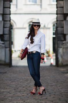 Quer um look para inspirar seu fim de semana? Olhem que linda a blogueira Peony Lim, com uma combinação super clássica que foi enriquecida com diferentes acessórios, tirando a sandália que é super diferente, com estes spikes gigantes, é um look muito fácil de trazermos para nosso dia a dia, a L.Maria amou.Para tirar nossa camisa branca do armário já!  Tenham um ótimo fim de semana!