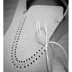 Classical moccasins are on my study list – ÐаÑÑÑ ÐÑÑÑа – Join in the world of pin Make Your Own Shoes, How To Make Shoes, Sewing Leather, Leather Shoes, How To Make Moccasins, Diy Tresses, Felt Shoes, Leather Craft Tools, Felted Slippers