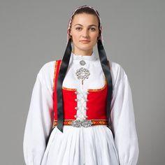Bilde av Vestfold Husflidslags kvinnebunad - 1956-modell rød/sort