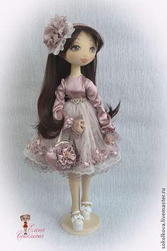 Моника. Моника - юная прелестница, знающая толк в нарядах) Текстильная игровая кукла. Стоит на подставке, сгибает руки за счёт проволочного каркаса, поворачивает голову. Роскошные каштановые волосы можно расчёсывать и завивать. Одежда снимается вся.♡