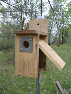 Nest Box (Birdhouse) Plans Birdhouse building plans (many) w/ easy 'clean-out' features. Bird House Plans, Bird House Kits, Owl House, Building Bird Houses, Bird Houses Diy, Bird House Feeder, Bird Feeders, Clean Out, Bird Breeds