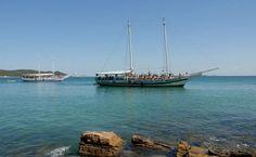 Escunas ancoradas na Praia Azedinha