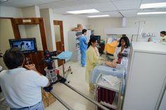 Prof. Miosotis Peña junto a los estudiantes del Programa de Enfermería en las nuevas facilidades del laboratorio.