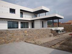 Ideas de #Casas de #Exterior, estilo #Moderno diseñado por HERQUIEST ARQUITECTURA Arquitecto con #Fachada  #CajonDeIdeas http://planreforma.com/es/