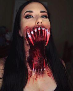 """Vamos começar com essa maquiagem. Ela é perfeita para ostentar seu lindo sorriso nas fotos em grupo do Dia das Bruxas.   16 maquiagens de Halloween que farão você dizer """"já chega, obrigado"""""""