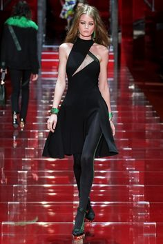 Donatella Versace presented her new Fall-Winter Ready to Wear Collection at Milan Fashion Week - Photos. Fashion Week, Look Fashion, High Fashion, Fashion Show, Autumn Fashion, Fashion Design, Versace Fashion, Couture Fashion, Runway Fashion