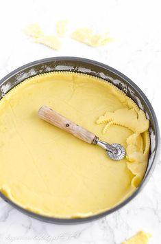 Pasta frolla per crostate facilissima da preparare, si può congelare, non si sbriciola e rimane super friabile, peretta per qualsiasi tipo di crostate! Tutti i trucchetti per aggiungere la farcitura sia prima che dopo la cottura, ricetta con foto passo a passo!