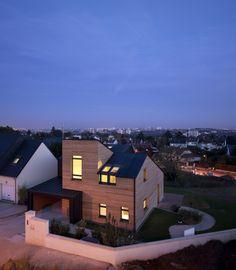 Maison Air et Lumière VELUX Model Home 2020, Verrières-Le-Buisson (France) Architecte : Nomade Architectes Photographe : Adam Mørk #architecture #zinc #wood #bois #france #anthra-zinc #roofing #couverture