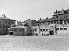 Eilen ja tänään: Kasarmitori.  Selim Lindqvistin kauppahalli (1906) purettiin 1958 sen ehdittyä olla käytössä hieman yli puoli vuosisataa. Iikka Martaksen (k. 1965) suunnittelema nykyinen rakennus valmistui 1960.  Vanhempi kuva I. K. Inha (k. 1930) 1908.