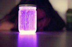Todo lo que necesitas es agua, un frasco y palos luminosos. Debes llenar el frasco con agua y luego abrir una de estas varillas para que el liquido fluorescente caiga dentro de el.