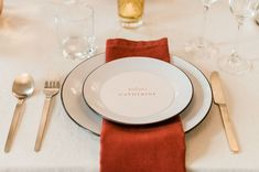 Circle menus with names for an elegant wedding dinner. Beautiful table decor with gold place settings. Romantic Table Setting, Wedding Table Settings, Wedding Reception Decorations, Place Settings, Wedding Dinner, Wedding Menu, Elegant Wedding, Wedding Day, Stationery Design