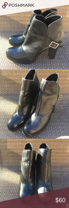 🌺🌺 Vera Wang Bootie Gently Used Simply Vera Wang booties in great condition. Genuine leather upper and man made lining and sole. ASKING PRICE OR BEST OFFER! Simply Vera Vera Wang Shoes Ankle Boots & Booties