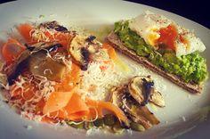 Mocanufitness ~ Poached egg and carrot salad Mashed Avocado, Avocado Toast, Grilled Mushrooms, Stuffed Mushrooms, Carrot Salad, Poached Eggs, Lime Juice, Vinegar, Carrots