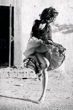 E em meio ao meu caos interno, em meio aos devaneios da minha alma intensa, eu intensifiquei a vontade de não deixar que nada atrapalhe a minha paz, a beleza do meu sorriso e a docilidade que carrego no olhar, porque se é para ter intensidade que seja somente no que enriquece o meu coração.