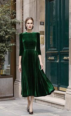 I love green velvet and the style is classic Fashion - haute couture - style - art - couture - dress - mode / / sac / bag / purse - Pretty Outfits, Pretty Dresses, Beautiful Outfits, Amazing Dresses, Look Retro, Look Vintage, Modern Vintage Dress, Modern Vintage Fashion, Vintage Witch