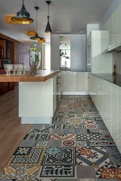 carrelage patchwork, équipement de cuisine blanc