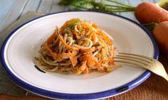 Ελαφρύ, γεμάτο λαχανικά και αρώματα φαγητό σε μια διαφορετική από τις  συνηθισμένες έκδοση.  Το πέστο καρότου μπερδεύεται με τα ζυμαρικά και τα στικς καρότου προσθέτουν  γεύση και χρώμα.  Γιατί το καλοκαίρι, που έρχεται θέλει γεύσεις απλές μα μυρωδάτες.       ΜΕΡΙΔΕΣ: 1 ATOMO ΧΡΟ