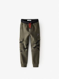 Plush cargo pants with elastic waistband and adjustable front drawstring. Front flap pockets with snap button closure and back pockets with recessed zipper closure. Front patch appliqué and cuffed hem. Cargo Pants Outfit, Jogger Pants Style, Cargo Jeans, Boys Joggers, Boys Pants, Sweatpants, Zara Kids, Cute Swag Outfits, Boy Outfits