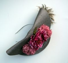Plato doblado con plumitas y flores