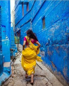 The Blue City of Jodhpur Indian Photography, Girl Photography Poses, Creative Photography, Street Photography, Indian Photoshoot, Saree Photoshoot, Sri Lanka, India Street, Indian Aesthetic