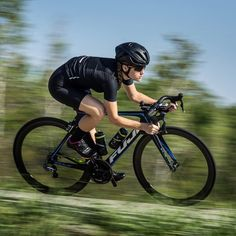Our all new black collection is here to set the standard in high performance cycling wear. Stylish, stealthy and ready to #FindFaster #RokaRide Link in Bio☝️