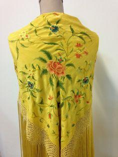 Antiguo mantoncillo amarillo albero bordado en colores. #Feria #Flamenca