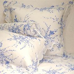 Porthault Jete de Fleurs Blueadoro el azul y blanco Linen Bedding, Bedding Sets, Bed Linens, White Bedding, Ikea, French Country Bedrooms, Bed Linen Sets, King Sheet Sets, Linens And Lace