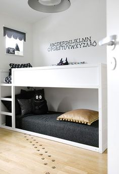 Dans cette chambre en gris et blanc, l'alphabet est décliné au mur à l'aide de lettres pochoirs.