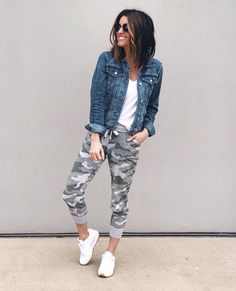 We LOVE versatility with our wardrobe. We love the pieces that never go out of style! Grab your denim jacket collection and get ready for some outfit inspiration! Camo Pants Outfit, Jean Jacket Outfits, Camo Outfits, Sporty Outfits, Jogger Pants Outfit Dressy, Stylish Mom Outfits, Camo Dress, Look Fashion, Autumn Fashion