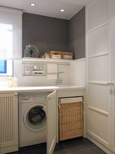 Lavadora integrada (de DEULONDER arquitectura domestica) Laundry Closet, Laundry In Bathroom, Red Kitchen Appliances, Entry Closet, Closet Curtains, Laundry Room Organization, Laundry Room Design, Basement Remodeling, Washing Machine