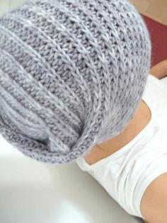 Шапка-трансформер, связанная на спицах, может быть и шапкой и шарфом благодаря своей форме. Изделие вяжется полупатентной резинкой, рекомендуется...