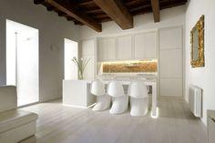 Mobili di design contemporaneo negli interni luminosi della casa di un architetto a Trastevere.