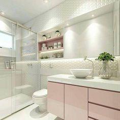 Este é um banheiro de classe. Muito elegante claro com suaves cores e o tom de rosa é lindo. Tudo aqui se destaca mas observe o belo revestimento 3D. Projeto bem sucedido da arquiteta Carol Cantelli. #banheiro #revestimento
