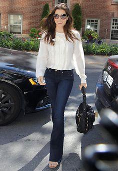 Perfekt für den Tag: Jessica Biel sieht auch in engen Jeans mit Schlag und einer eleganten, weißen Schluppenbluse toll aus.