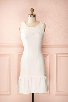 Elina White ♥ Comme c'est joli, cette dentelle qui se meut sur cette robe unie; cela fera s'exclamer les passants.   How beautiful is the lace moving on this solid dress; it will make passersby gasp in delight.