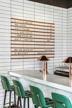 8 Stunning Interior Design Ideas That Will Take Your House to Another Level Top Atemberaubende Innenausstattung – grüne Barhocker, Marmor und Messing Café Design, Design Shop, House Design, Design Ideas, Design Trends, Design Projects, Diy Projects, Design Layouts, Design Awards