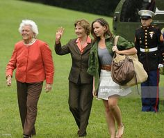 Former first lady Barbara Bush, First Lady Laura Bush and daughter Barbara Bush arrive at the White House on May 2008 in Washington, DC. The First Lady and President return to the White house. Barbara Pierce Bush, Barbara Bush, Jenna Bush, Laura Bush, George Bush Family, Hw Bush, Bush Wedding, George Hw