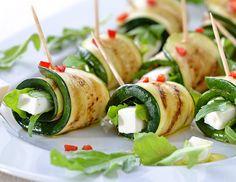 Die raffinierten Zucchiniröllchen mit Schafskäse schmecken dank der Schafskäsefüllung würzig-frisch.