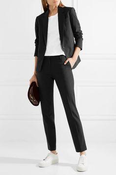 Офисный стиль, черный костюм, кеды, футболка, THEORY, тренды 2018